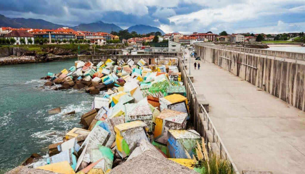 En 1900 se le añade al puerto, que se construyó en el siglo XVIII y se reformó en el siglo XIX, un espigón donde se encuentran los cubos de la memoria.