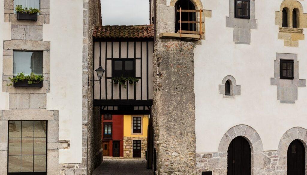El Palacio de Gastañaga está en la confluencia de la calle Mayor y la plaza de Santa Ana, data del siglo XIV XV y está situado junto a la antigua puerta de San Nicolás que custodiaba el gremio de mareantes.El palacio de Gastañaga sirvió como parte de la muralla defensiva de la época. En el suelo puedes observar unas baldosas negras que indican por dónde iba la muralla y dónde comenzaba la puerta de San Nicolás. Cuya llave de la puerta, la tenía el mayordomo de la Cofradía de Pescadores.Observando el edificio puedes ver un pasaje aéreo que tiene comunicación a otra casa, dicha casa era la de los sirvientes y dónde estaba el establo. Fuera de las murallas de la Villa.En la fachada aún se conserva los arcos de medio punto primitivos que están distribuidos de forma irregular.En la parte noble del palacio se observa un escudo familiar que se labró en arenisca.
